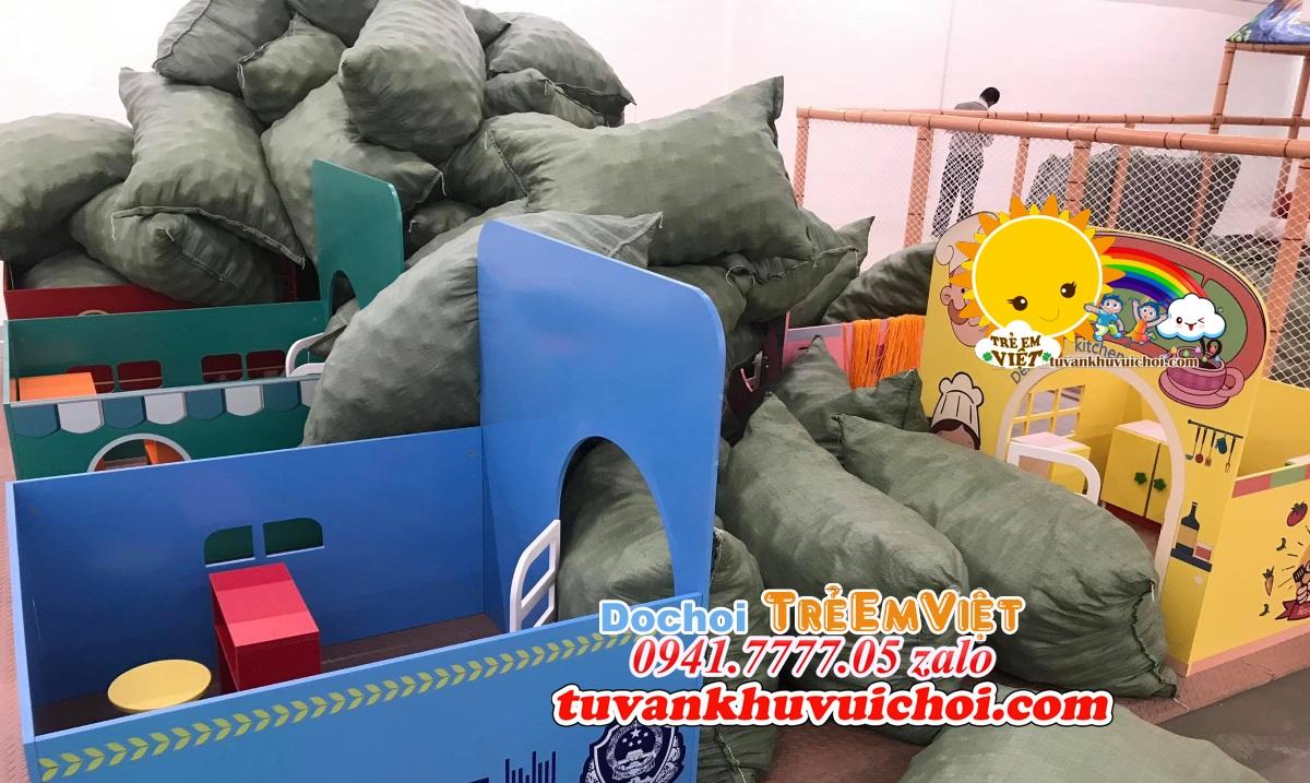 Bóng nhựa được đưa đến mặt bằng thi công khu vui chơi trẻ em trang trí theo tone rừng.