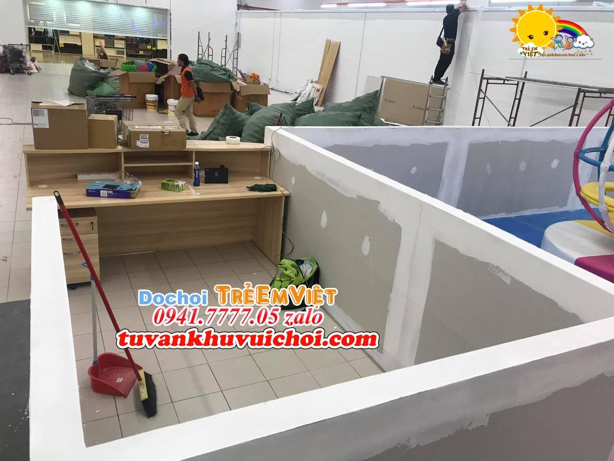 Bóng nhựa dành cho khu vui chơi nhà bóng liên hoàn được vận chuyển đến khu vui chơi lắp đặt trong siêu thị.