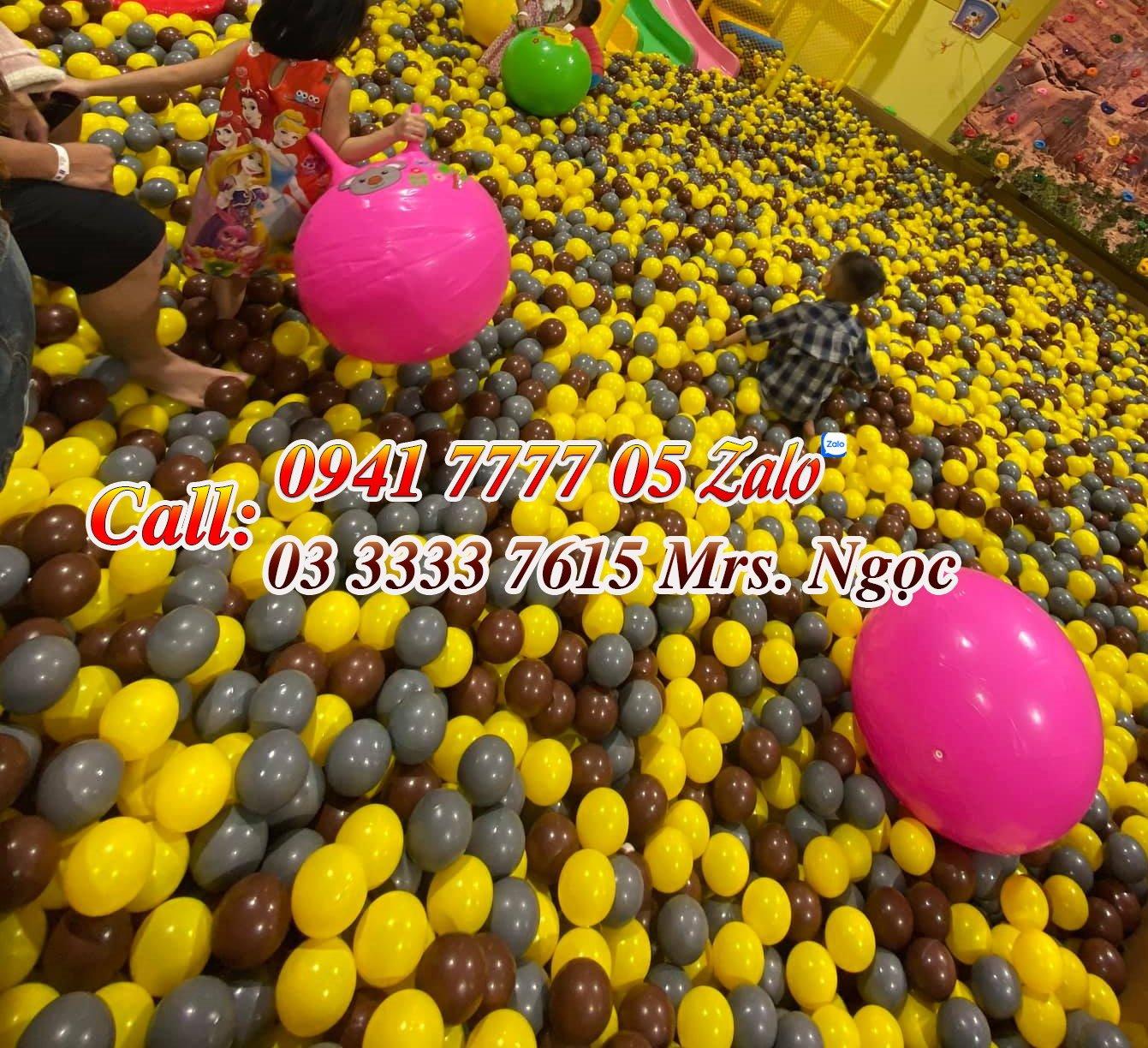 Bóng nhựa đường kính 8cm, gồm màu vàng, nâu và xám dành cho khu vui chơi trẻ em trang trí theo tone rừng.