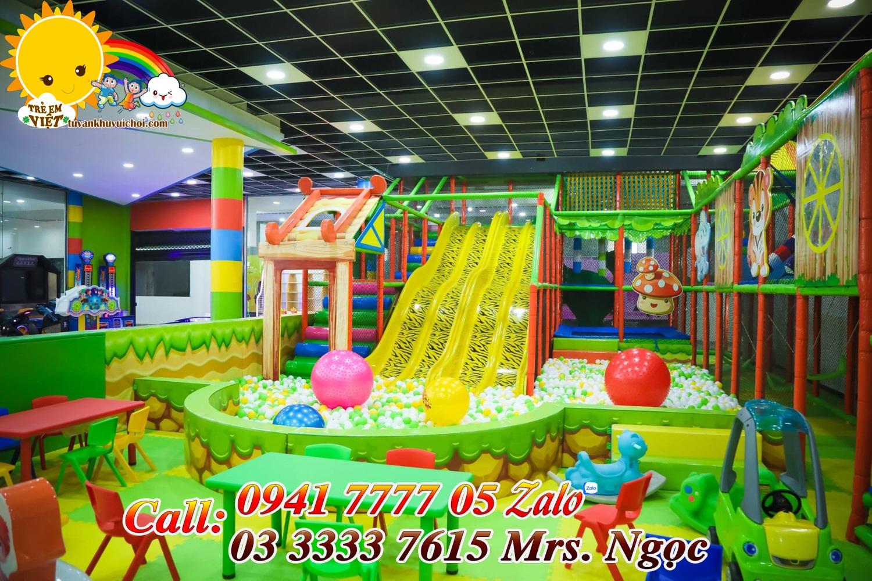 Cầu trượt trong khu vui chơi trẻ em