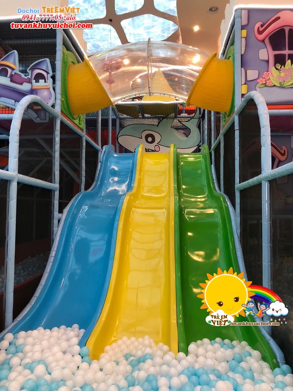 Các mẫu máng trượt ở khu vui chơi trẻ em.
