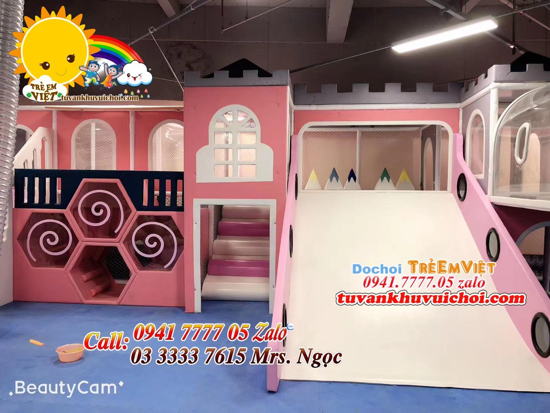 Máng trượt gỗ được setup cho khu vui chơi trang trí theo tone hồng baby.